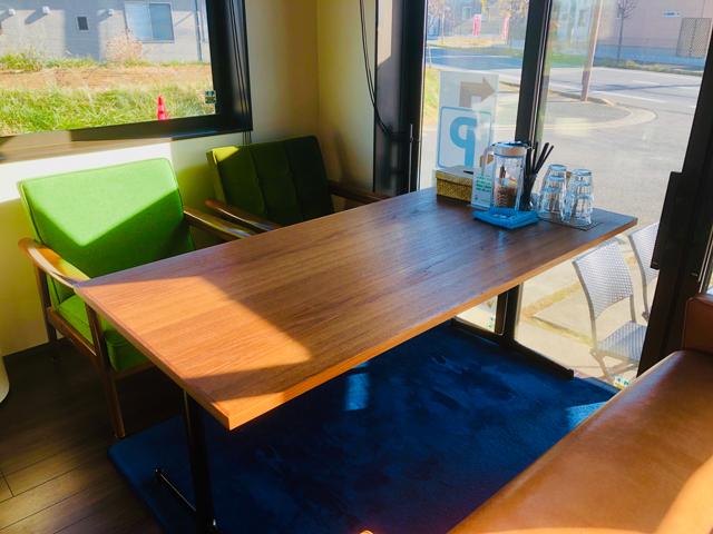 小上がり右側のソファ席のテーブル