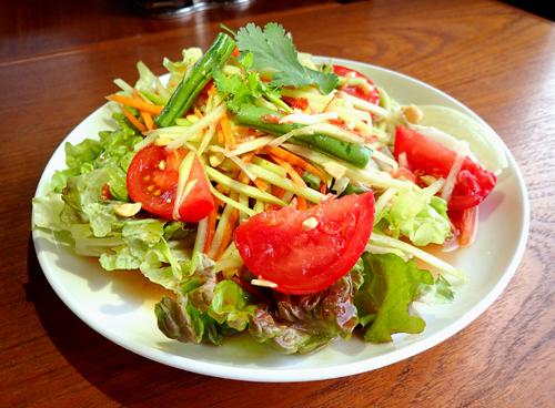 柏産トマトと青パパイヤのサラダ